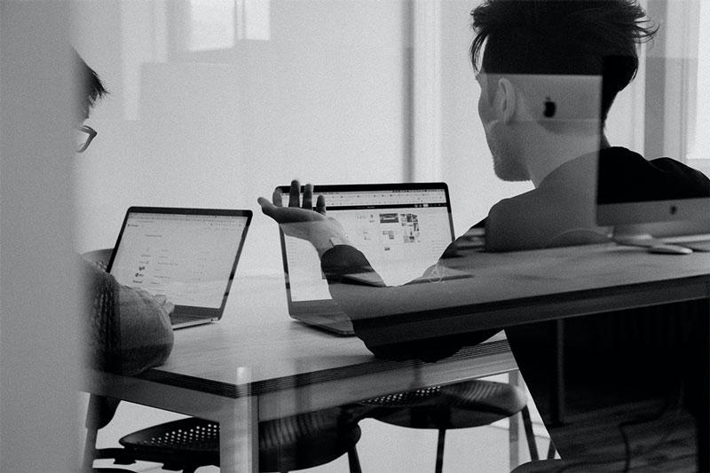 Zwei Menschen schauen gemeinsam auf einen Computer